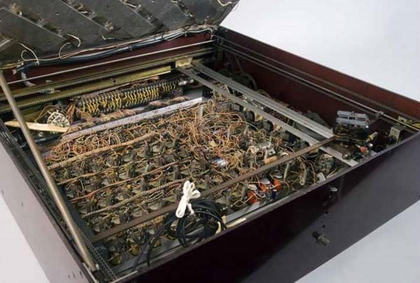 Photo of the inside of Claude Shannon's Theseus maze