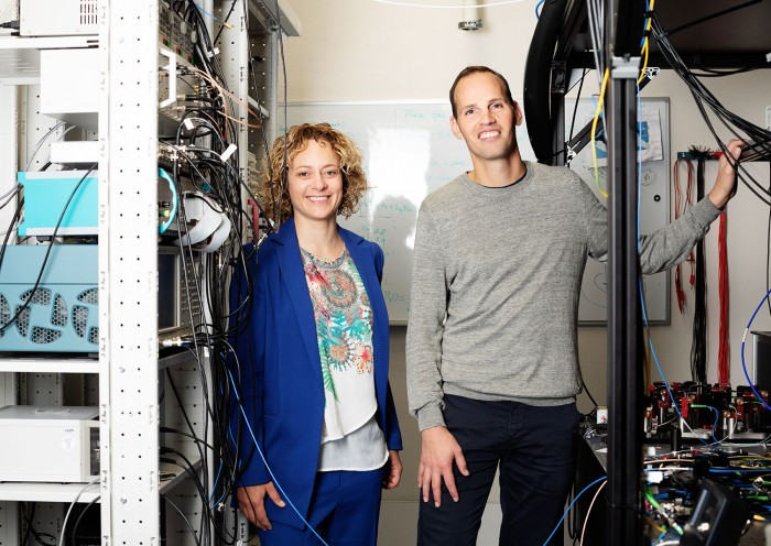 Photograph of Stephanie Wehner and Ronald Hanson in their lab