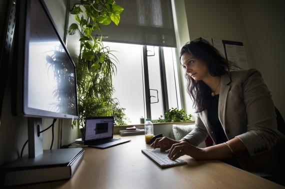 Photo of Roya Ensafi at a computer