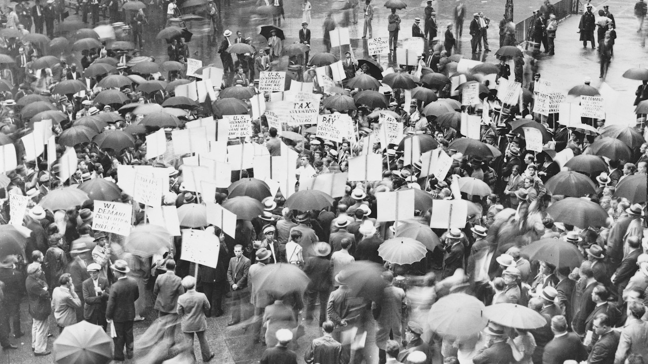 crowd gathered outside of bank during Great Depression