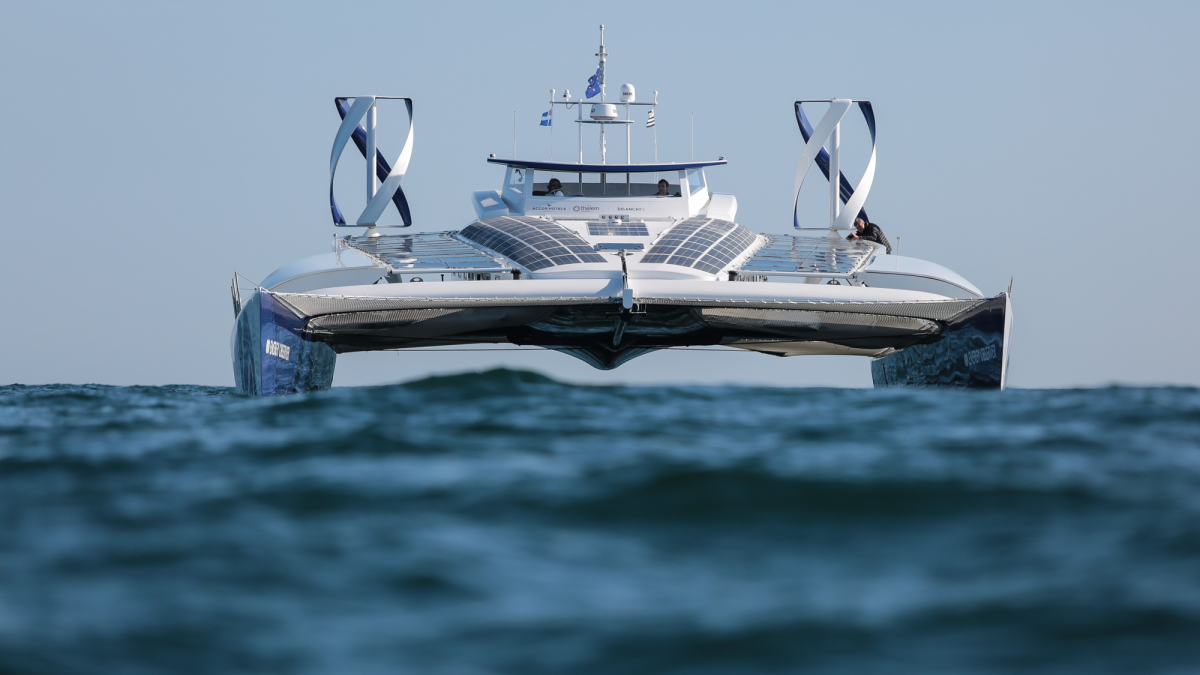A hydrogen-powered boat is touring the world's oceans