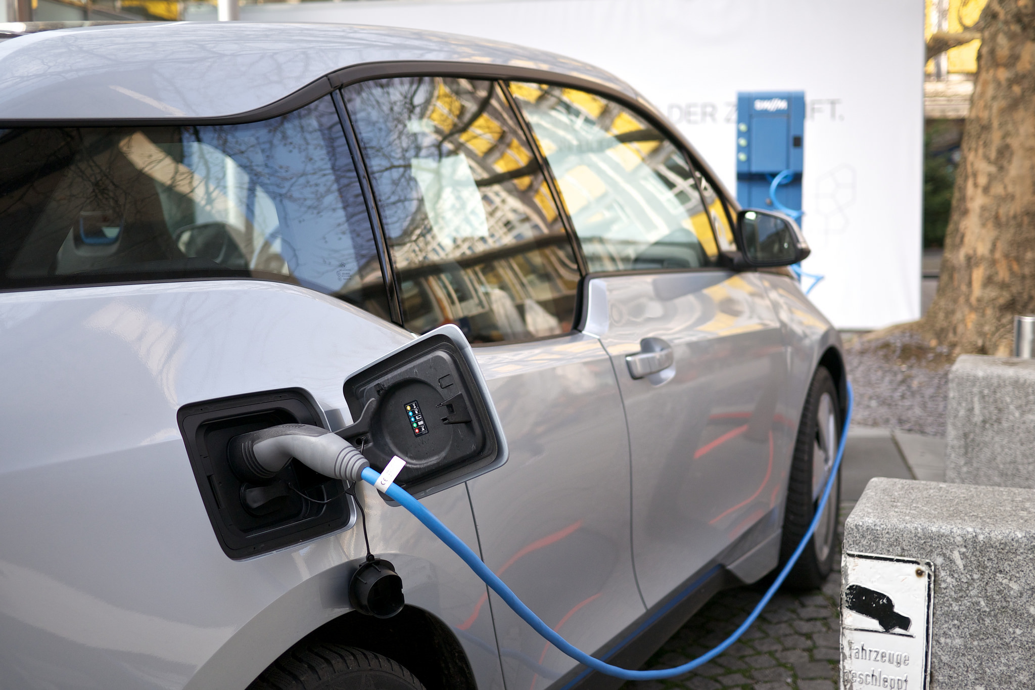 The 2020s Could Be Decade When Electric Cars Take Over Mit Comparison Between And Gasoline Technology Review