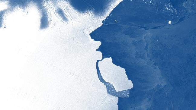 The D28 iceberg breaking away from the Antarctic ice shelf