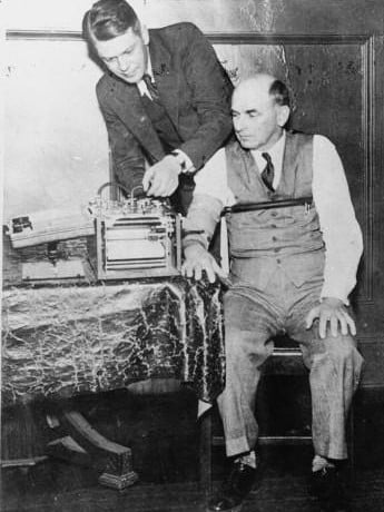 English: American inventor Leonarde Keeler (1903-1949) testing his lie-detector on Dr. Kohler, a former witness for the prosecution at the trial of Bruno Hauptmann.