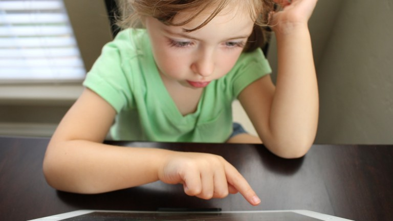 girl using a tablet screen time brain