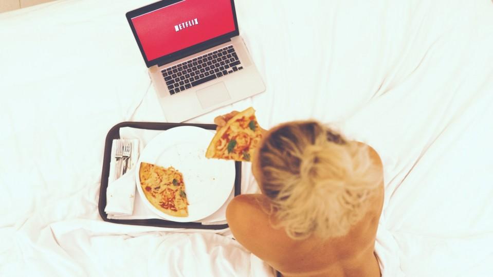 woman cowatch netflix party coronavirus quarantine eating pizza discord metastream zoom facetime