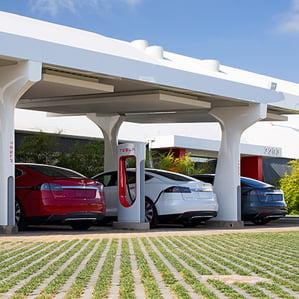 Tesla quiere cargar los coches eléctricos en cinco minutos