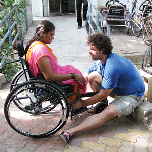 Amos Winter helps a new LFC user in India